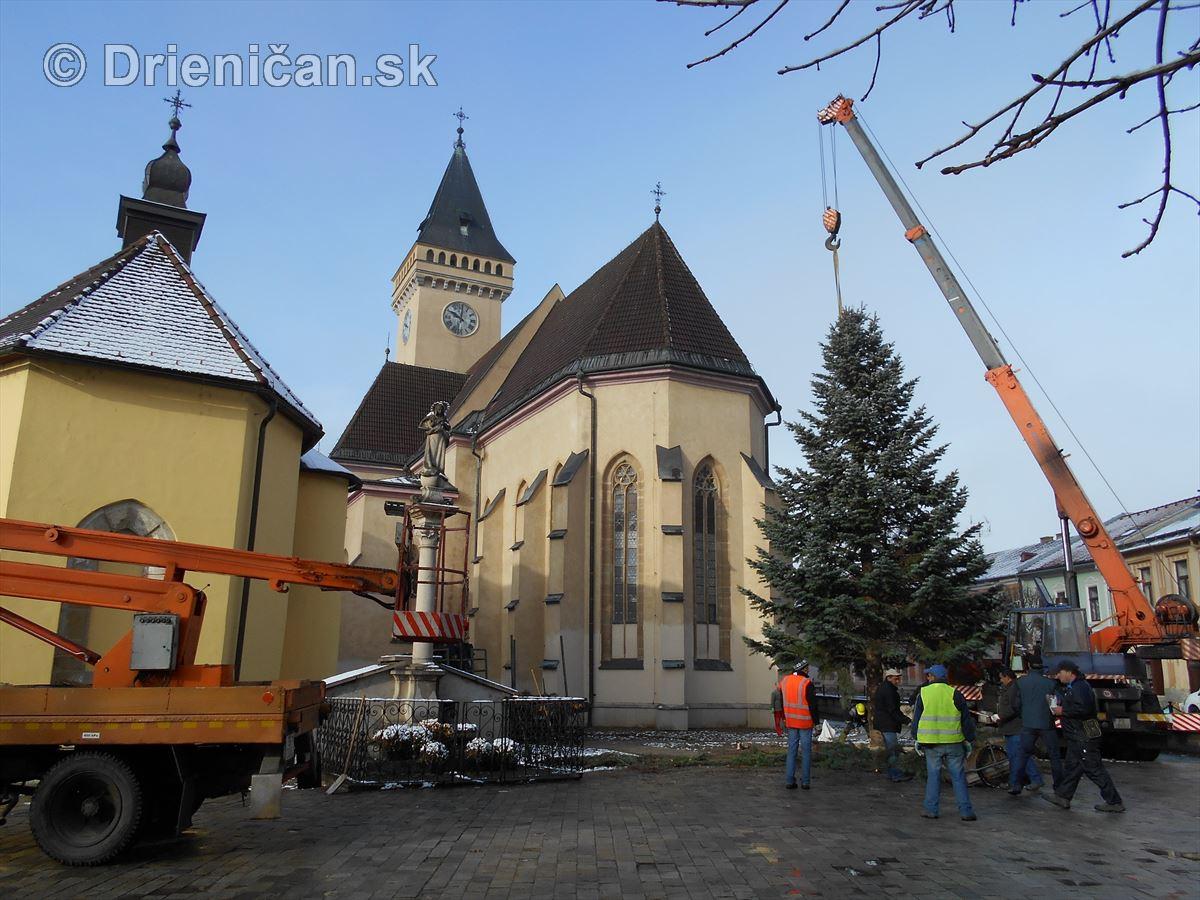 Stavanie Vianočného stromčeka v Sabinove