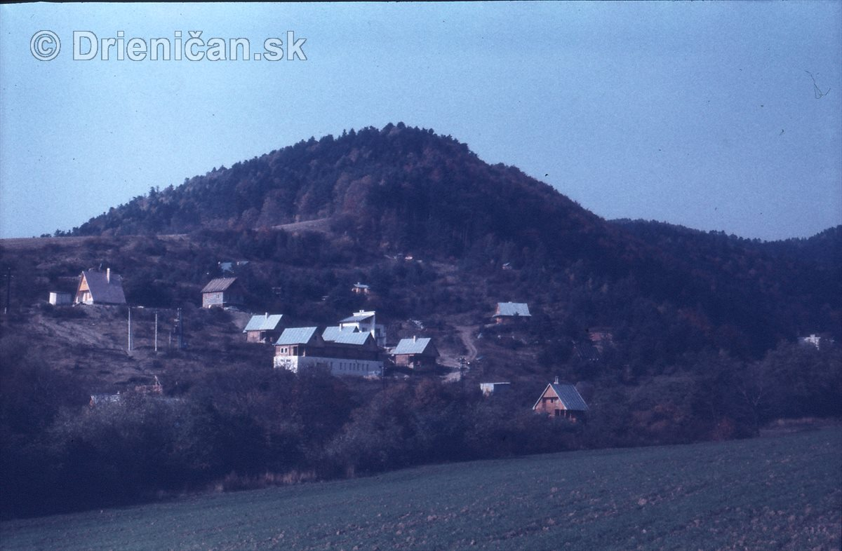 Chatová oblasť Gacky, napravo hotel Javorná.