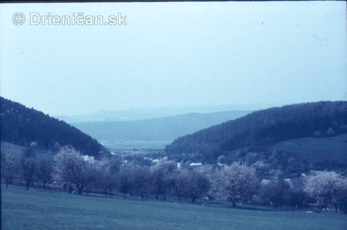 Cez kvitnuci čerešni pohľad pomedži Hirki na Šomku.