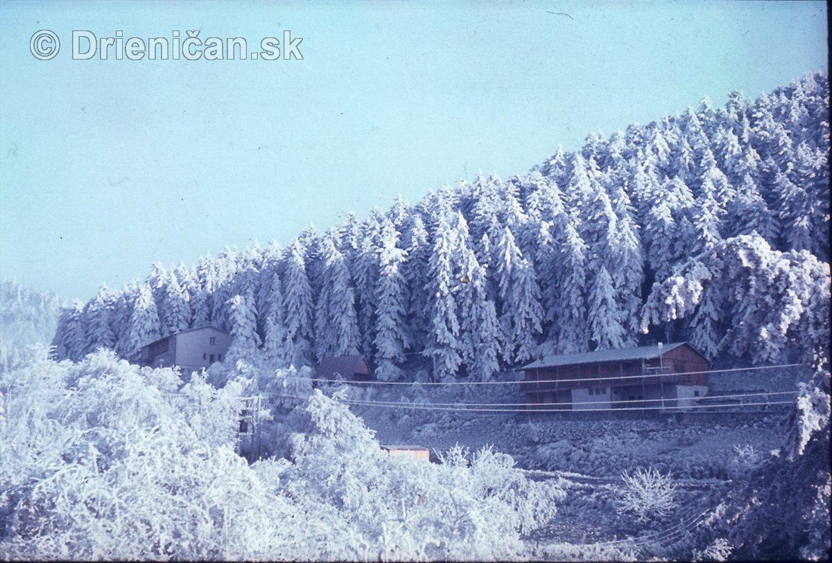 Pohľad na vojenskú chatu z Gackoch, napravo Osifňakova zahodorka