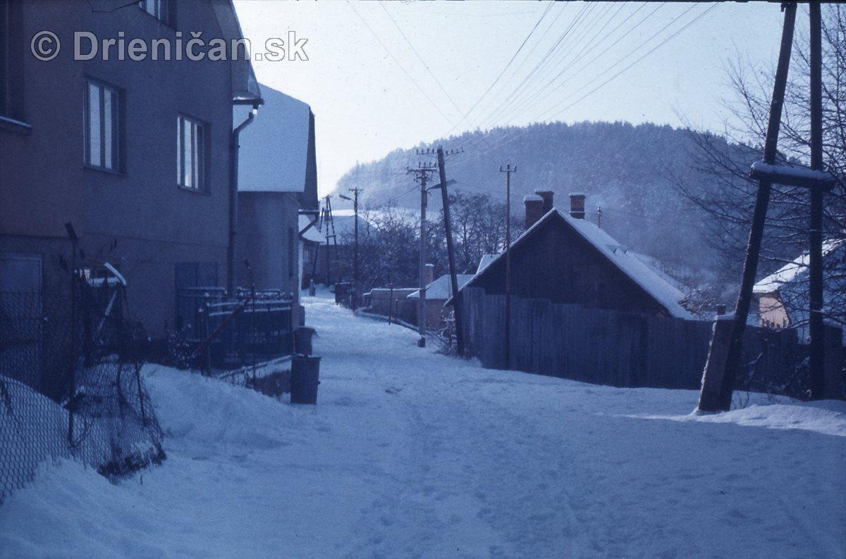Ulica popred Zmurovanici. Napravo učiteliv dom a škola.