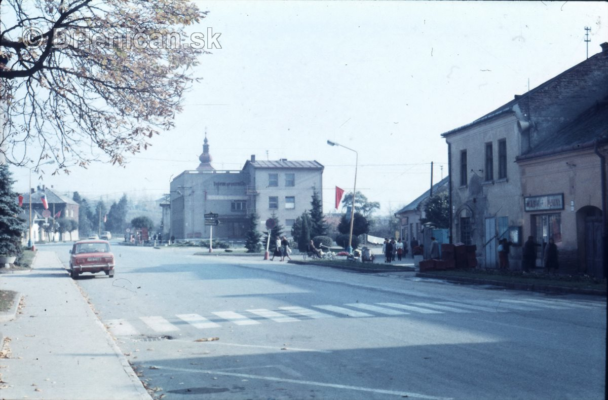 V strede Pošta-Sporiteľňa. Napravo mäso-údeniny, naľavo vzadu Klačanského dom.