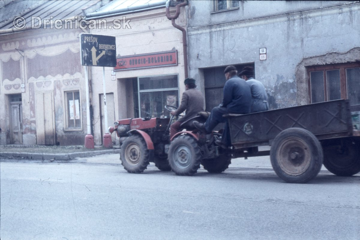 Traktorista. V pozadí predajňa O-Z, ovocie zelenina, Zelovoc. Dopravná značka-Prešov, Bertatovce.